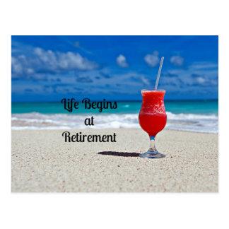 La vie commence à la retraite - boisson givrée sur carte postale