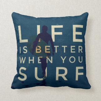 La VIE EST un MEILLEUR QUAND VOUS SURFEZ - bleu Coussin