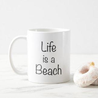 La vie est une copie de noir de plage mug
