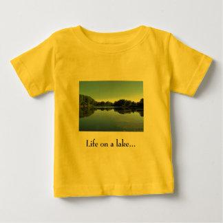 La vie sur un T-shirt de nourrisson de lac