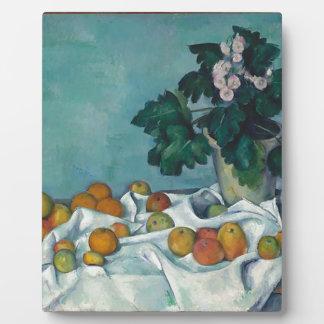 La vie toujours avec des pommes et un pot de impression sur plaque
