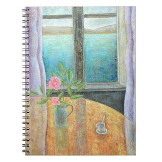 La vie toujours dans la fenêtre avec le camélia carnet