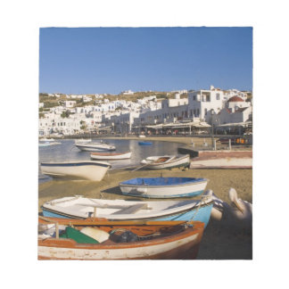 La ville de port avec les bateaux de pêche colorés blocs notes