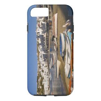 La ville de port avec les bateaux de pêche colorés coque iPhone 7