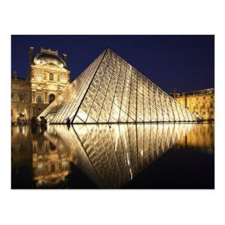 La vue de nuit de la pyramide en verre de Musee du Carte Postale