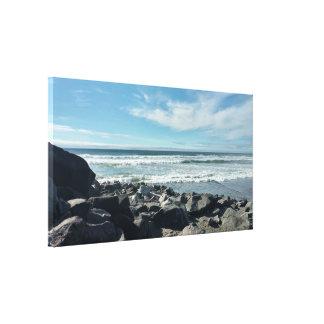 La vue de roches d'océan a étiré la copie de toile