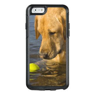 Labrador jaune avec de la balle de tennis dans coque OtterBox iPhone 6/6s