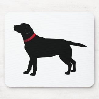 Labrador noir avec le collier rouge tapis de souris