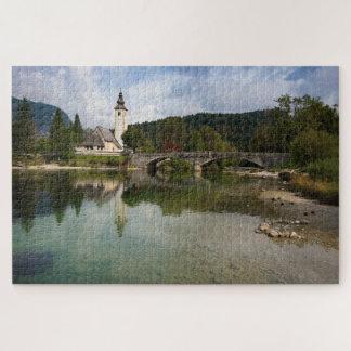 Lac Bohinj avec l'église dans le puzzle denteux de