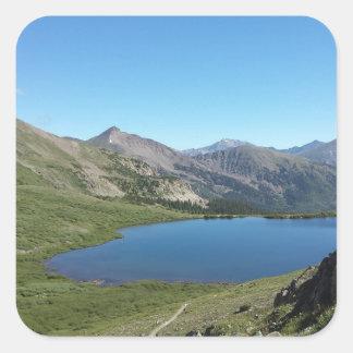 Lac dans les montagnes rocheuses sticker carré