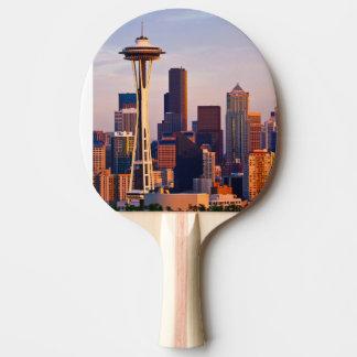 L'aiguille de l'espace est une tour au crépuscule raquette de ping pong