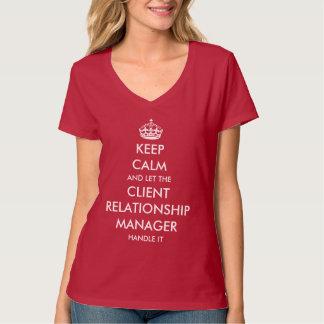 Laissez le responsable des relations de client le t-shirt