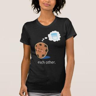Lait et biscuits mignons de couples elle t-shirts