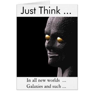L'alien humoristique obtiennent la carte bonne
