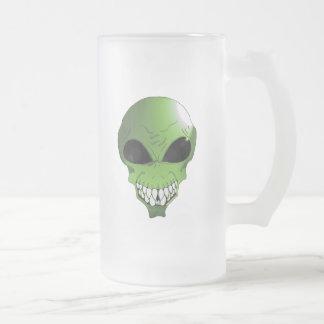 L'alien vert a givré la tasse en verre givré de 16