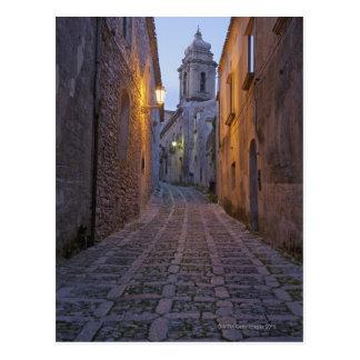 L'allée pavée en cailloutis de la vieille ville carte postale