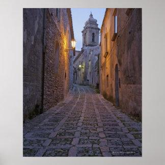 L'allée pavée en cailloutis de la vieille ville s' posters
