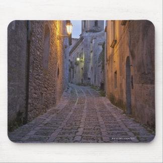 L'allée pavée en cailloutis de la vieille ville s' tapis de souris