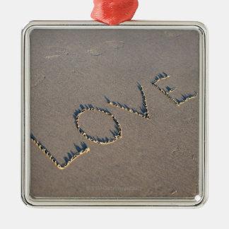 L'amour de mot a défini dans le sable ornement carré argenté