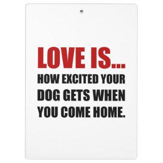 L'amour est chien excité viennent à la maison