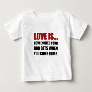 L'amour est chien excité viennent à la maison t-shirt pour bébé
