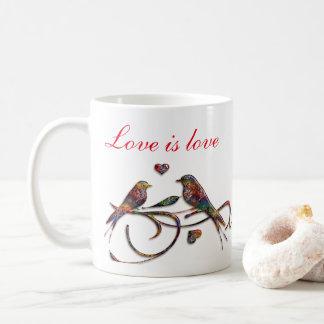 L'amour est l'amour (avec des perruches) mug