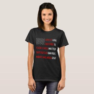 L'amour est le T-shirt foncé de base des femmes