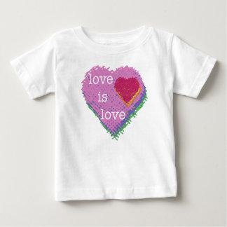 L'amour est T-shirt de bébé de coeur d'amour