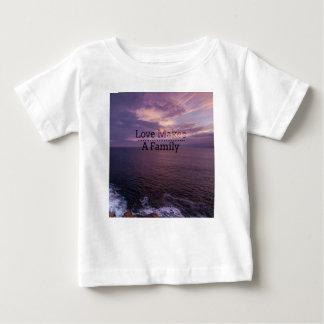 L'amour fait une adoption de famille - accueil t-shirt pour bébé