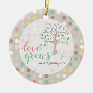 L'amour se développe dans notre crèche de baby ornement rond en céramique