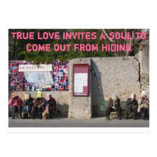 L'amour vrai invite une âme pour sortir de la carte postale