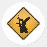 Lapin avec le panneau d'avertissement d'arme à feu autocollants ronds
