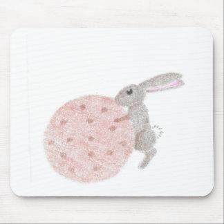 Lapin avec un biscuit géant tapis de souris