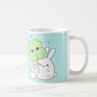 Lapin blanc mignon avec le trèfle de kawaii mug blanc