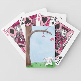 Lapin blanc mignon se reposant par un arbre jeu de poker