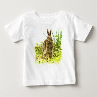 Lapin de Brown dans le T-shirt de bébé d'herbe