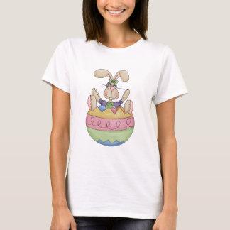Lapin de Pâques dans un T-shirt d'oeufs