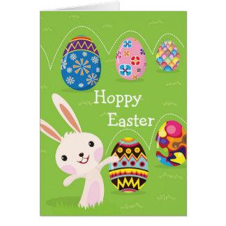 Lapin de Pâques espiègle avec les oeufs peints Carte De Vœux