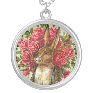Lapin de Pâques et carte postale antiques de roses Pendentif Rond