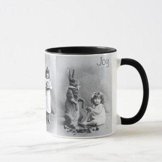 Lapin de sucrerie de fille de tasse de joie de