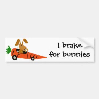 Lapin drôle de ventres conduisant la bande dessiné autocollant pour voiture