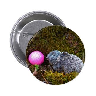 Lapin gris avec la boule de golf rose badges