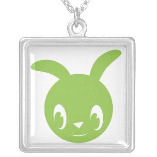 Lapin vert heureux pendentif carré