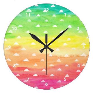 L'aquarelle colorée barre les triangles blanches grande horloge ronde