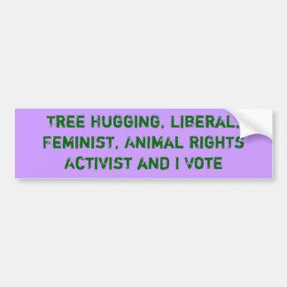 L'arbre étreignant l'activiste et moi votent l'aut autocollant de voiture