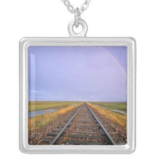 L'arc-en-ciel au-dessus des voies ferrées pendentif carré