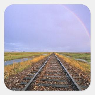 L'arc-en-ciel au-dessus des voies ferrées sticker carré