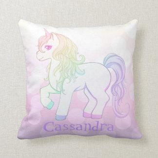 L'arc-en-ciel mignon de kawaii a coloré le poney oreillers