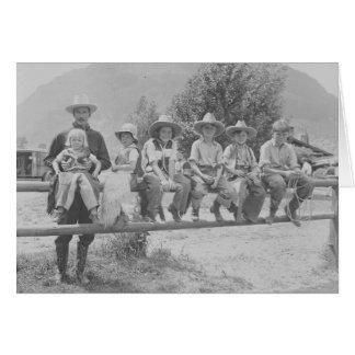 Larry Larom avec six enfants sur une barrière Carte De Vœux