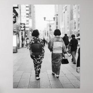 L'Asie, Japon, Tokyo. Geishas sur le Ginza. Posters